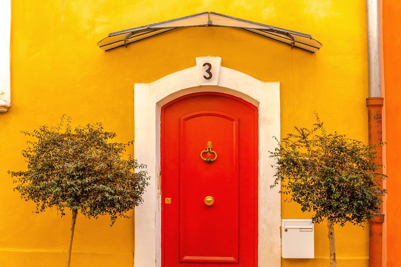 Combien prévoir pour la pose d'une porte ?